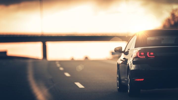 samochód jadący po autostradzie