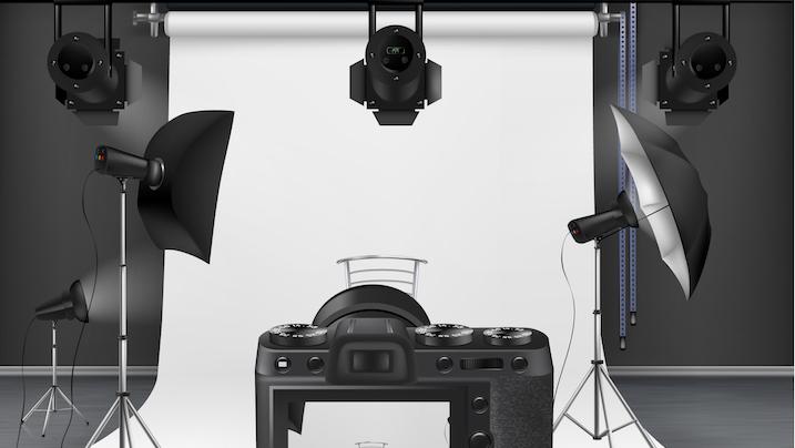 studio fotograficzne, w którym znajduje się sprzęt oświetlający płachtę materiału, na jakiej wykonuje się fotografie