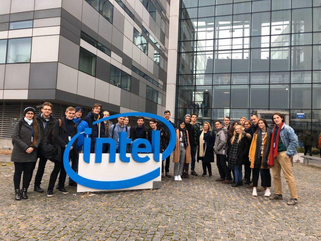 kilkunastoosobowa grupa licealistów stojąca przed wejściem do siedziby firmy Intel